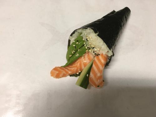 Temaki sake avocado