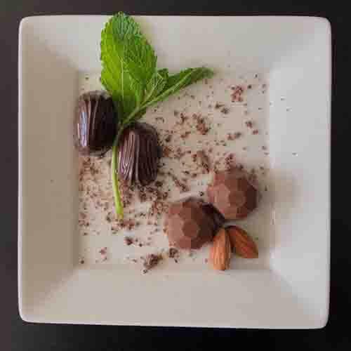 Handgemaakt bonbons met amandel en mint vulling