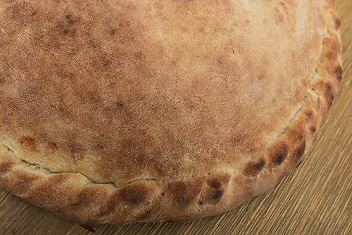 Calzone (dubbelgevouwen pizza, i.v.m. bereidingstijd alleen te bestellen voor 20:00u)